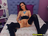 Solo tranny wanks off her pole