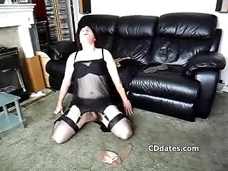 Amateur crossdresser in boots plays